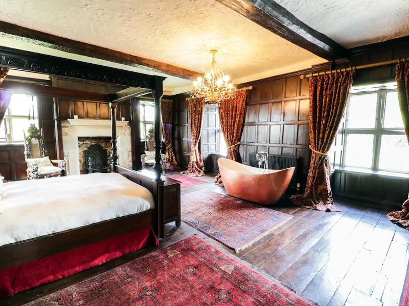 talhenbot-panneled-bedroom